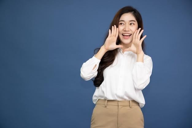 Азиатская женщина с открытыми ртами, поднимая руки, кричит объявление