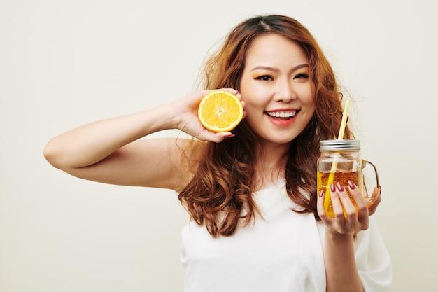 オレンジジュースとアジアの女性