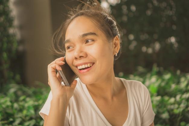 スマートフォンを持つアジアの女性