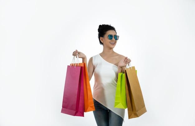 買い物袋を保持しているサングラスをかけたアジアの女性