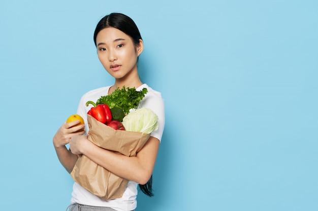 Азиатская женщина с овощами