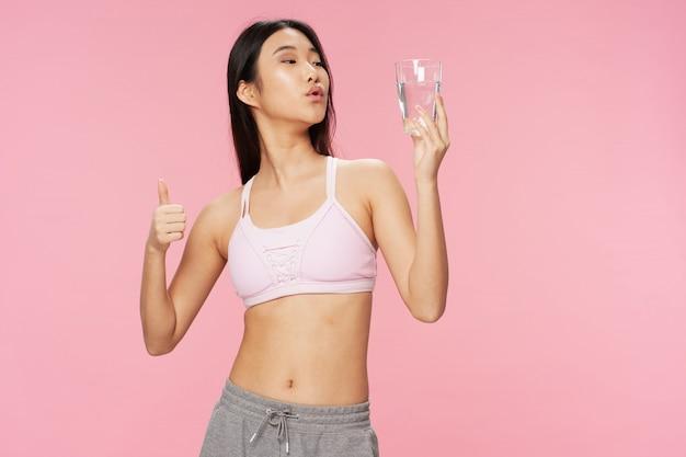 水のガラスを持つアジアの女性