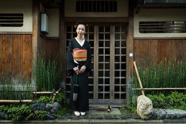 교토, 일본에서 유카타 산책 아시아 여자