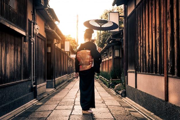 日本、京都を歩く浴衣を持つアジアの女性