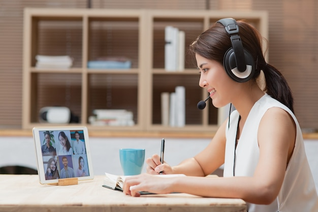 Diversity 동료 팀과 화상 통화 온라인 회의를 하며 집에서 일하는 아시아 여성