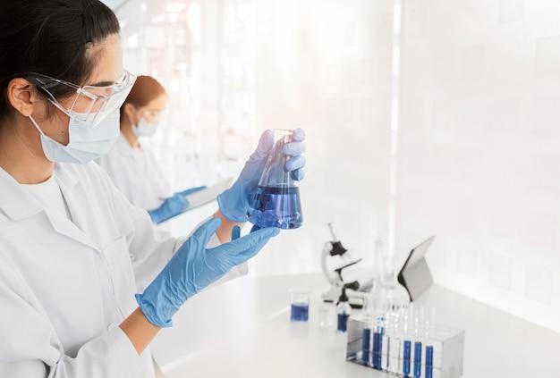 Donna asiatica che lavora a un progetto chimico per una nuova scoperta