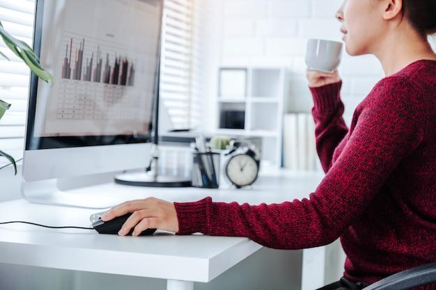 コンピューターを使用して自宅で働くアジアの女性