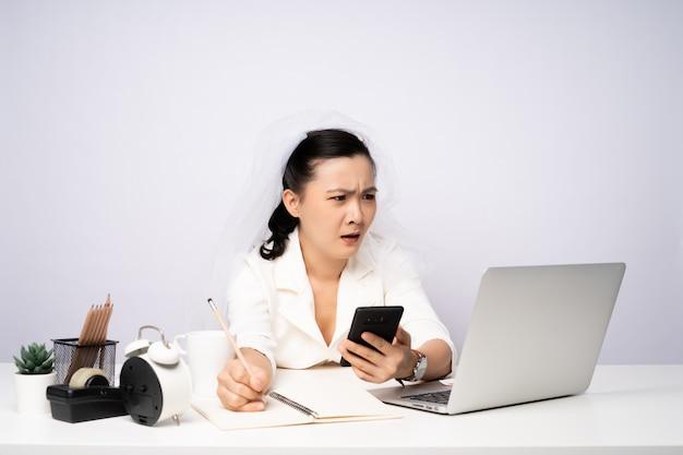 사무실에서 열심히 야근을 하는 아시아 여성, 바쁜 사업가 과로, 직장과의 결혼.