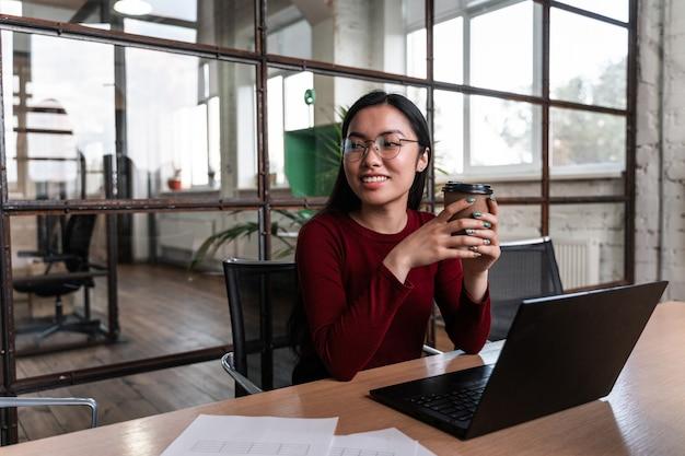 컴퓨터에서 비즈니스 사무실에서 일하는 아시아 여성