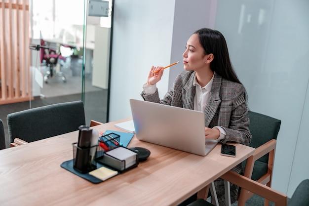 Азиатская женщина, работающая в ит-офисе