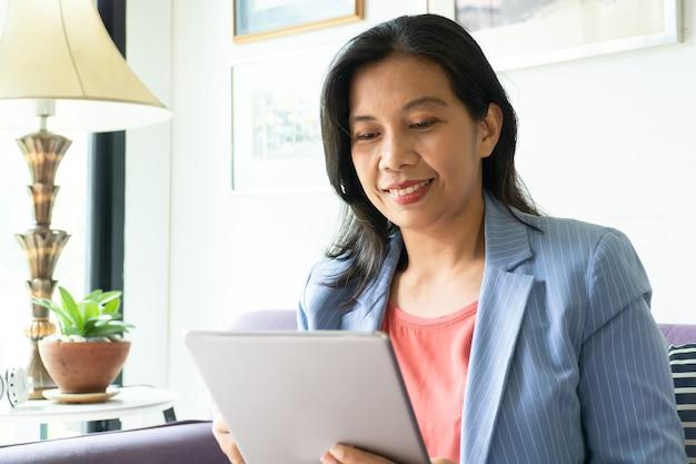 オフィスで働くアジアの女性、幸せな忙しい日