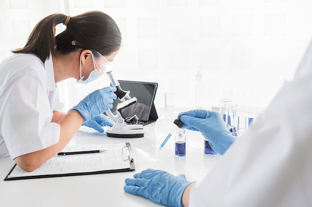 새로운 발견을위한 화학 프로젝트에서 일하는 아시아 여성