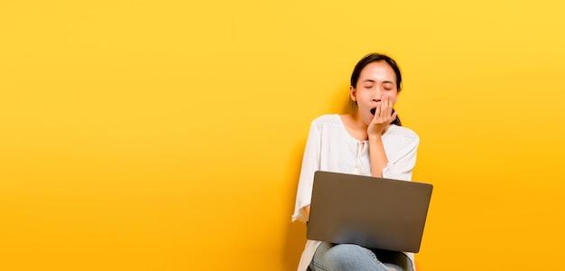 노트북 컴퓨터에서 작업하고 열심히 일하는 개념에서 졸음을 보여주는 아시아 여성