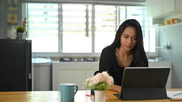 タブレットに取り組んでいるアジアの女性