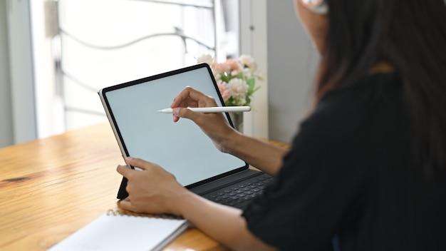 Азиатская женщина, работающая на планшете