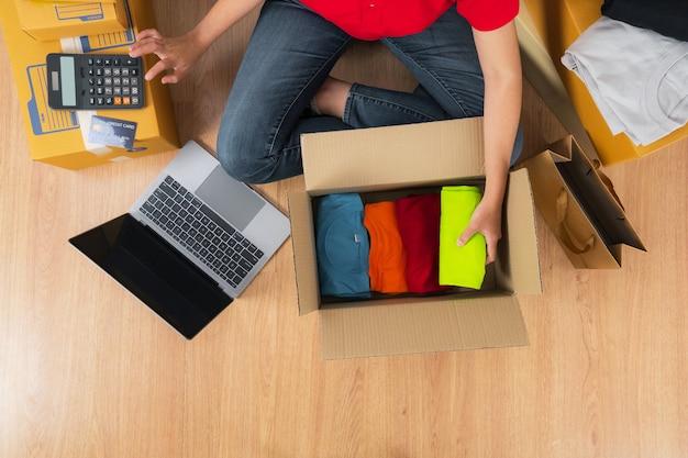 계산기를 사용하는 아시아 여성, 온라인 아이디어 개념 판매, 집에서 온라인 판매자 비즈니스 상점