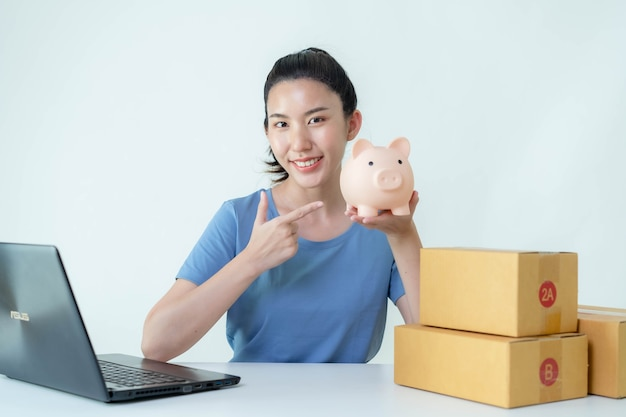 아시아 여성들은 온라인 판매로 인한 수입을 저축하고 있습니다.