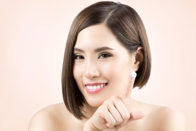 아시아 여성은 얼굴에 크림