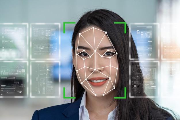 顔検出と認識による未来的なビジョンであるアジアの女性