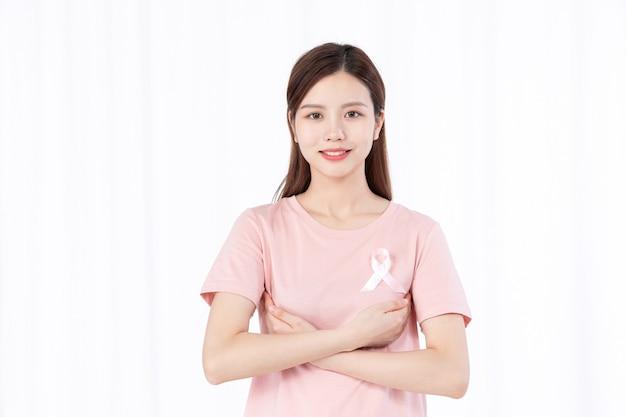 乳がん患者の世話をするアジアの女性