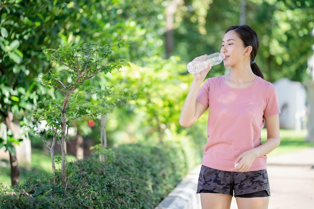 アジアの女性は運動後に水を飲む