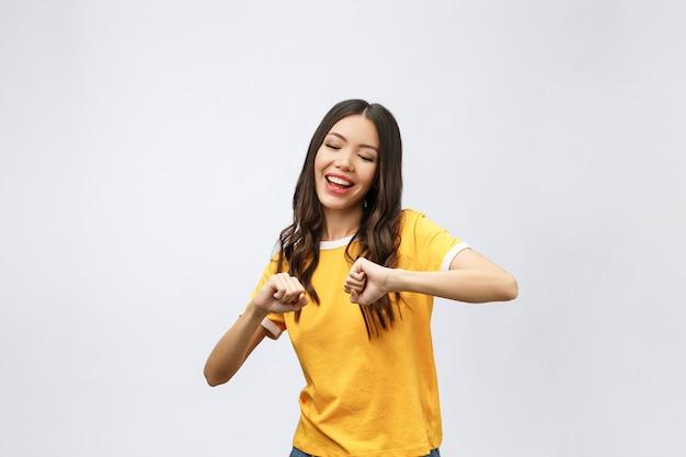 Азиатские женщины счастья передают победу или успех что-то