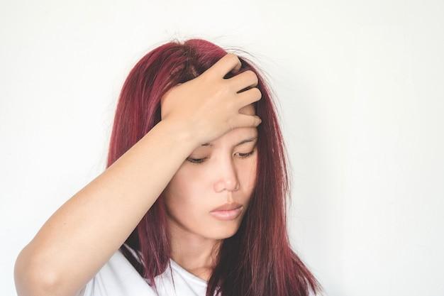 アジアの女性は片頭痛があり、非常に悲しい