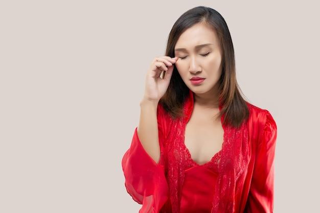 アジアの女性は目をこすっています
