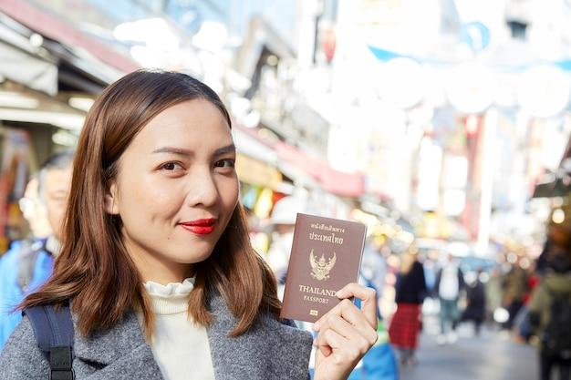 市内でパスポートを保持しているアジアの女性