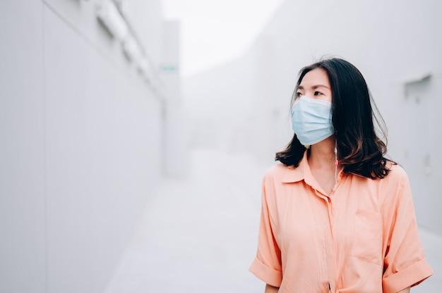 保護滅菌医療マスクのアジアの女性。大気汚染、ウイルス、コロナウイルスの概念