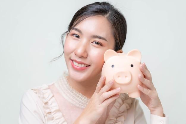 アジアの女性は緊急事態や事業投資のためにお金を節約します。