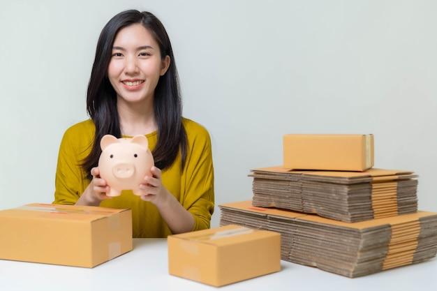 Азиатские женщины экономят деньги на онлайн-продажах, чтобы инвестировать в свой будущий бизнес