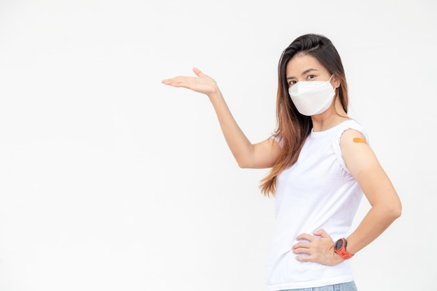 アジアの女性が腕に包帯を表示幸せなアジアの女性はワクチンを受けた後気分が良い