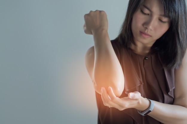 아시아 여성 아픈 팔꿈치, 흰색 배경에 소녀 팔꿈치 통증