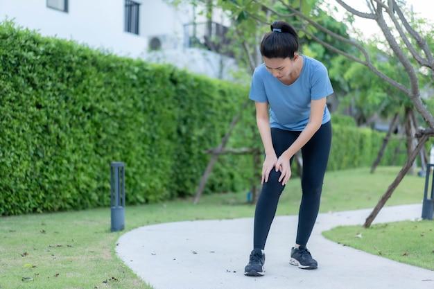 아시아 여성들이 달리기 후 발목 염좌