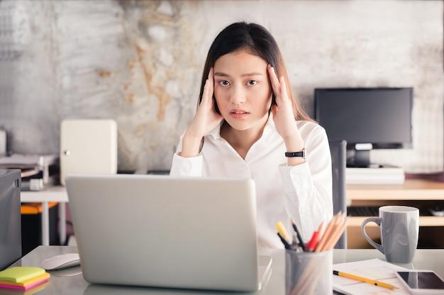 아시아 여성 스트레스, 노트북, 오랫동안 사무실 증후군 개념 작업