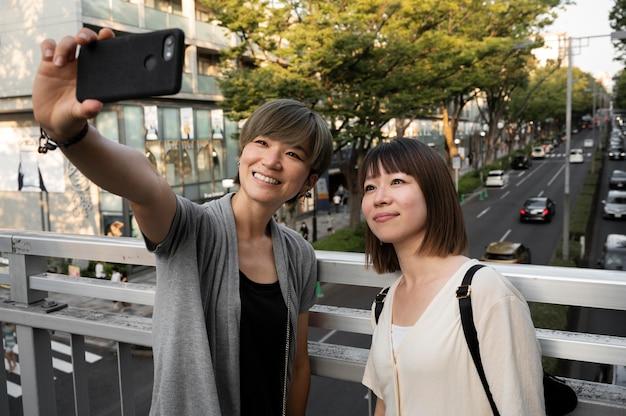 一緒に自分撮りをしているアジアの女性