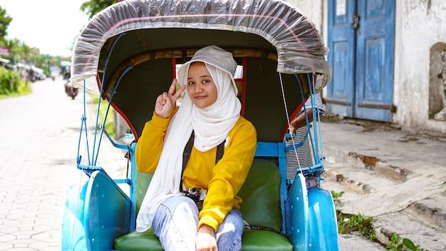 Азиатские женщины путешествуют на рикшах