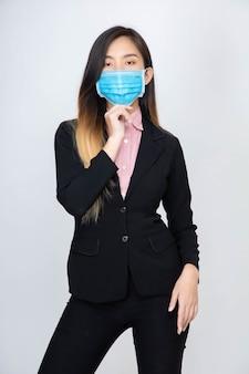 アジアの女性は健康マスクを着用します