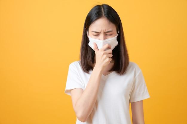 Азиатские женщины носят маски для защиты от болезней на апельсине.