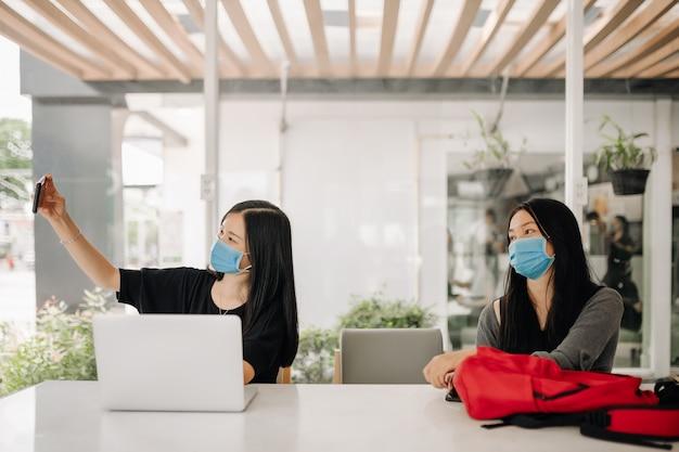 オフィスでフェイスマスクを着ているアジアの女性