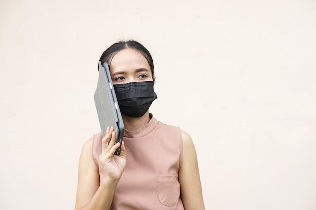 Азиатские женщины в масках для предотвращения коронавируса covid 19 связываются с бизнесом через приложение