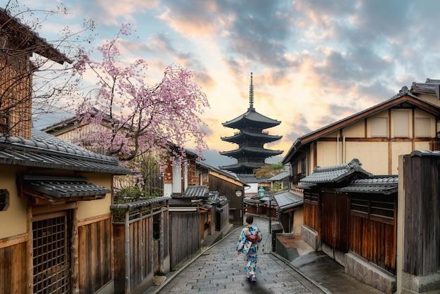 日本の京都の安坂塔に伝統的な日本の着物を着ているアジアの女性