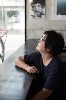 Азиатские женщины с очками в кафе-кафе