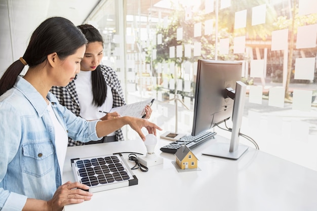 실내에서 함께 열심히 일하는 아시아 여성