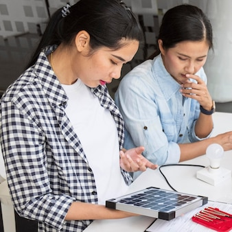 Donne asiatiche che lavorano duramente insieme per un'innovazione