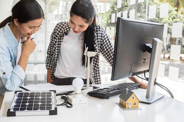 컴퓨터에서 함께 열심히 일하는 아시아 여성