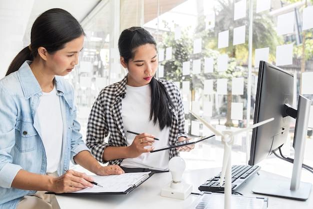 イノベーションのために一緒に働くアジアの女性