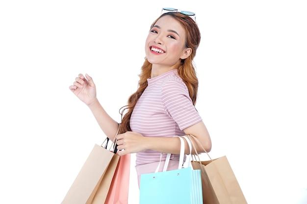 ショッピングバッグを持つアジアの若い美しい魅力的なかわいい女の子