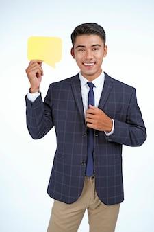 アジアの若いビジネスマンは、白い背景で隔離のアイコンの小道具を表示します